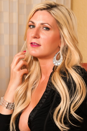 sexy blonde cuckold queen